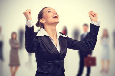Foto de uma candidata conquistando uma vaga de emprego