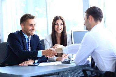 Foto de um candidato se apresentando em uma entrevista de emprego