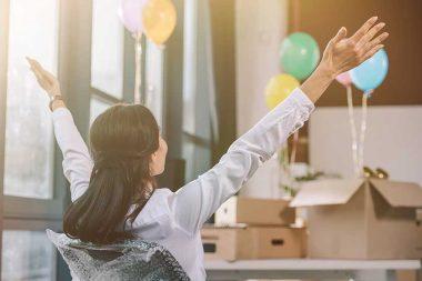 Foto de uma mulher conquistando o seu primeiro emprego