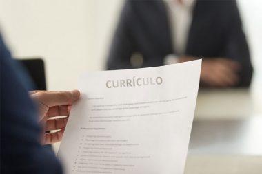 Foto de um currículo em uma entrevista de emprego