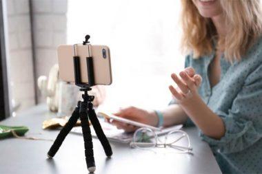 Foto de uma mulher fazendo seu vídeo currículo
