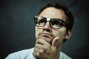 Foto de um candidato pensando sobre o que colocar no currículo