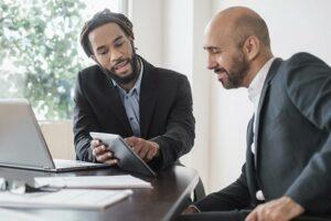 Foto de um candidato com seu possível próximo chefe na entrevista de emprego
