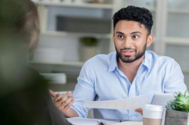 Foto de um candidato em uma entrevista de emprego