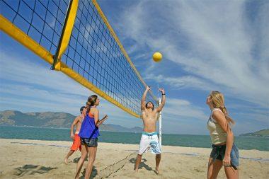 Foto de pessoas jogando vôlei na praia