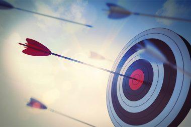 Foto de uma flecha acertando um alvo no centro