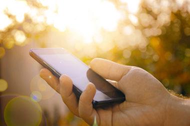 Foto de uma pessoa segurando um celular