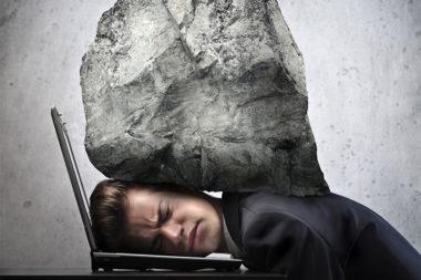 Foto de um homem com uma pedra nas costas