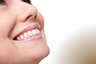 Foto de uma mulher sorrindo