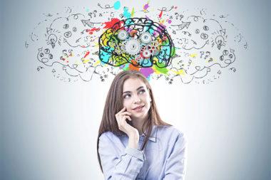 Foto de uma mulher na frente de uma parede com um cérebro desenhado