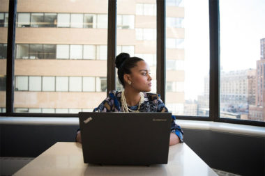 Foto de uma mulher na frente do notebook