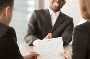 Foto de pessoas em uma entrevista de emprego