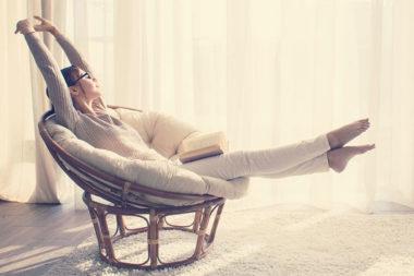 Mulher relaxando após um dia de trabalho