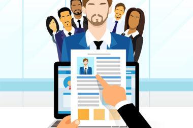 Desenho de um recrutador selecionando o candidato ideal