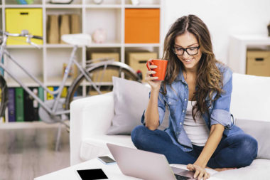 Foto de uma mulher procurando por um estágio no notebook