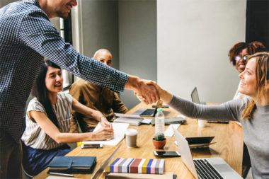 Foto de jovens reunidos em um escritório