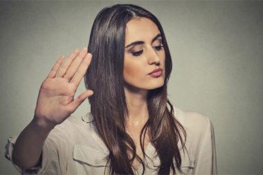 Foto de uma mulher recusando uma oferta de emprego