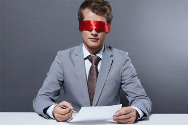 Foto de um recrutados com os olhos vendados