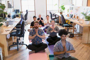 Foto de pessoas praticando mindfulness