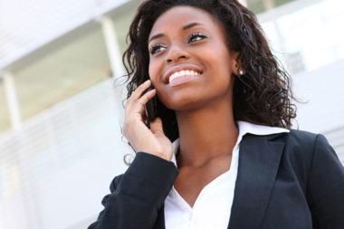 Foto de mulher falando no celular