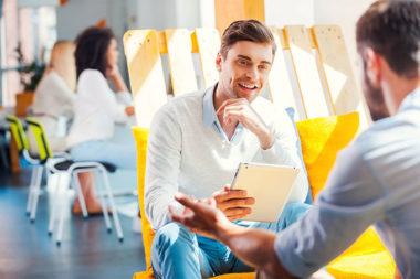 Foto de pessoas participando de uma entrevista de emprego