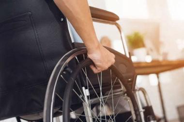 Foto de uma pessoa na cadeira de rodas