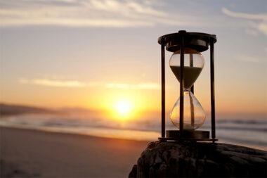 Foto de uma ampulheta no pôr-do-sol