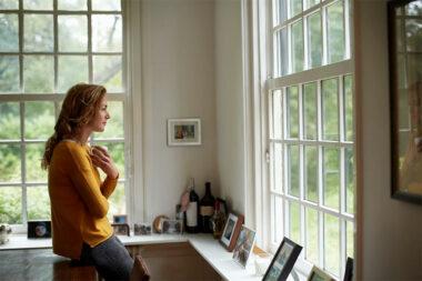 Foto de uma mulher pensativa olhando uma paisagem