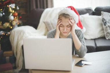 Foto de uma mulher preocupada na frente do notebook